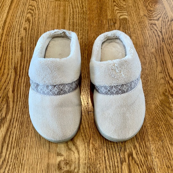Isotoner 6.5-7 Slippers Shoes Tan Beige